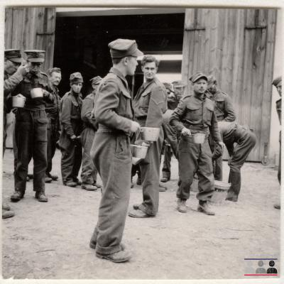 ©ICRC/1940.07.31/War 1939-1945. Schubin. Stalag XXI B, prisoners of war camp. English prisoners of war, food distribution/ICRC Photo Library V-P-HIST-01522-06