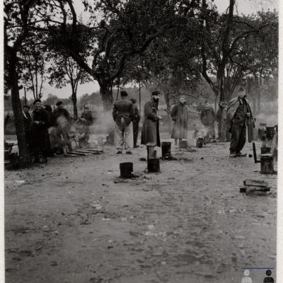 ©ICRC/1942.09.25/War 1939-1945. Schubin. Oflag XXI B, prisoners of war camp. The French officers prisoners of war are cooking outside/ICRC Photo Library V-P-HIST-01525-01