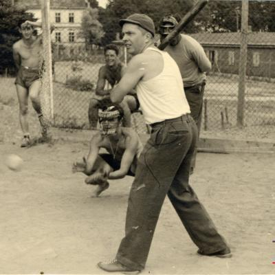 ©ICRC/1944.07.10/WW II 1939-1945. Altburgund, Oflag 64, prisoner of war camp. American PoW playing baseball/ICRC Photo Library V-P-HIST-01806-35