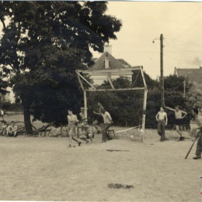 ©ICRC/1944.07.10/WW II 1939-1945. Altburgund, Oflag 64, prisoner of war camp. American PoW playing baseball/ICRC Photo Library V-P-HIST-01806-36