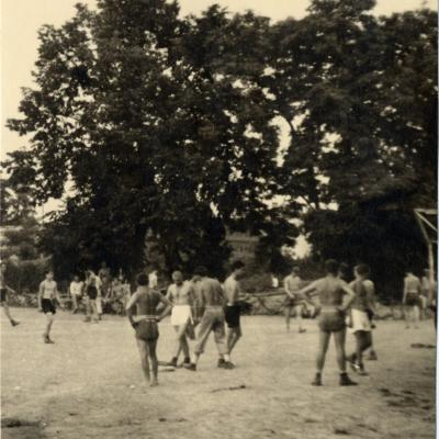 ©ICRC/1944.07.10/WW II 1939-1945. Altburgund, Oflag 64, prisoner of war camp. American PoW playing baseball/ICRC Photo Library V-P-HIST-01806-38A
